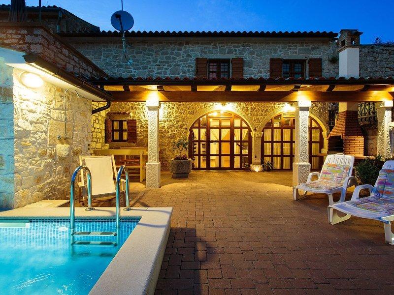 Cozy holiday home with heated pool, near Lim Bay and 10 km from Vrsar and beach, aluguéis de temporada em Kruncici