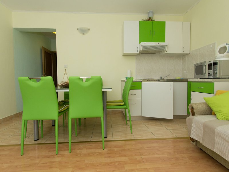 Nice small apartment with a sea view, vacation rental in Kastela