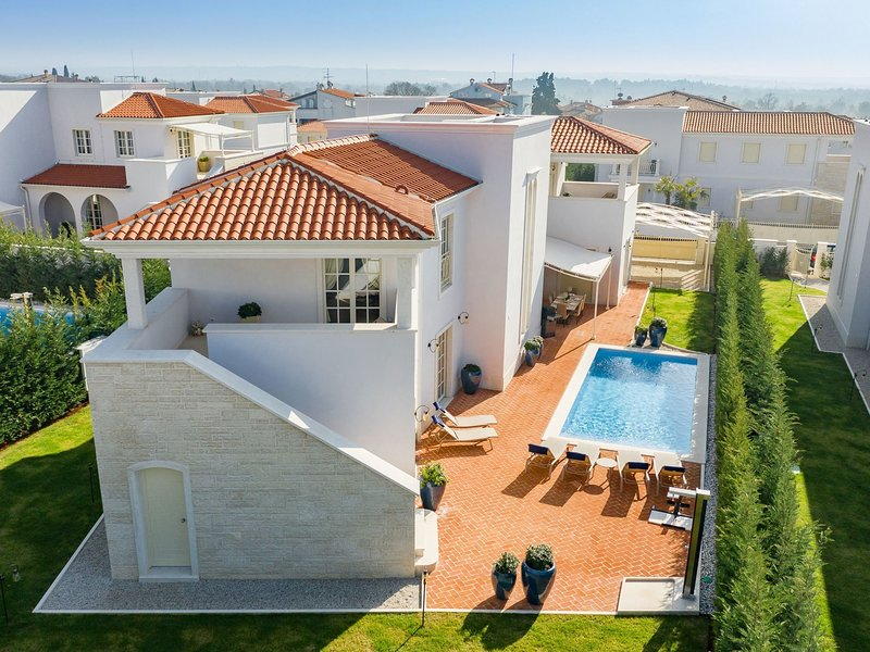 Exclusive villa with private pool and free access to Lanterna beach, vacation rental in Cervar Porat