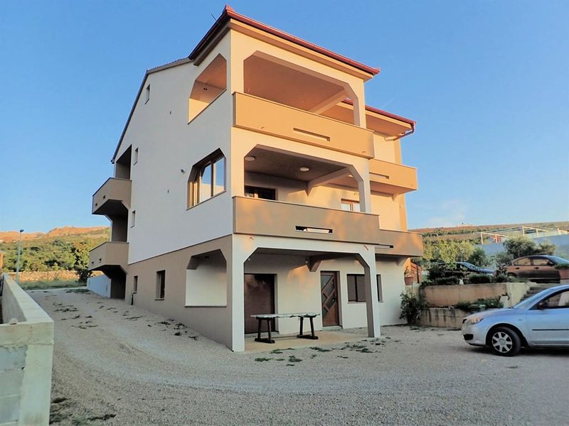 Lovely 3 bedroom holiday home with nice covered terrace, only  150m from the sea, vacation rental in Rovanjska