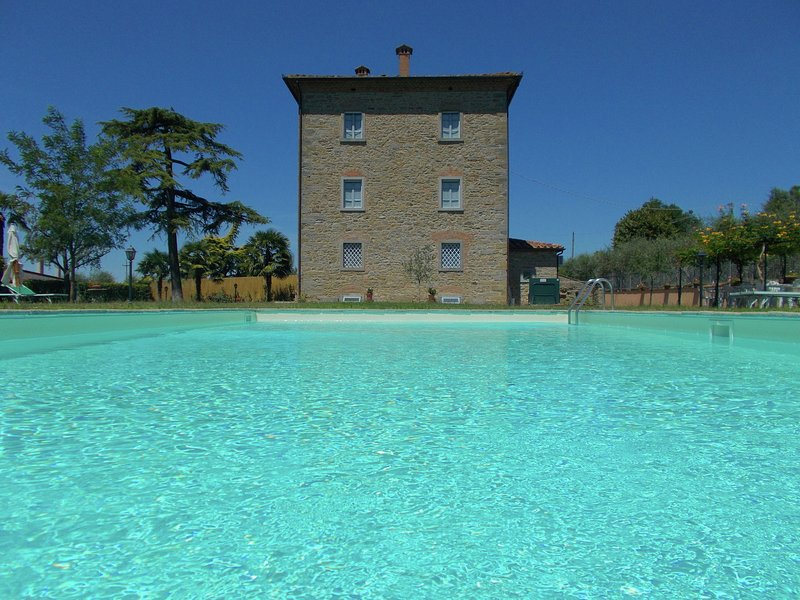 Villa with private swimming pool, ideal base for exploring Tuscany, holiday rental in Fratticciola
