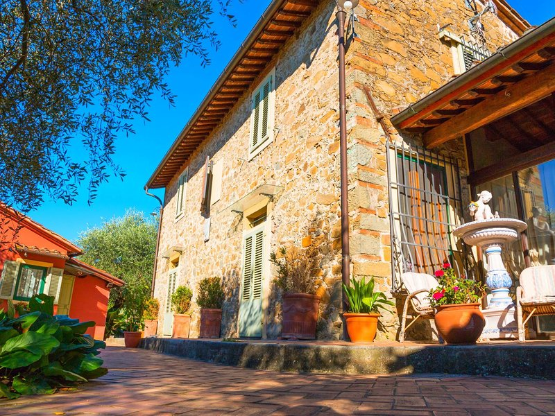 Child-friendly Farmhouse in Montecatini Terme with Jacuzzi, location de vacances à Pieve a Nievole