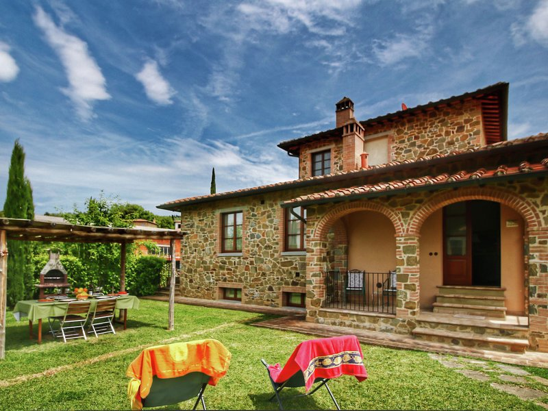 Apartment in Tuscan style with view of the hills and near a village, vacation rental in Rigomagno