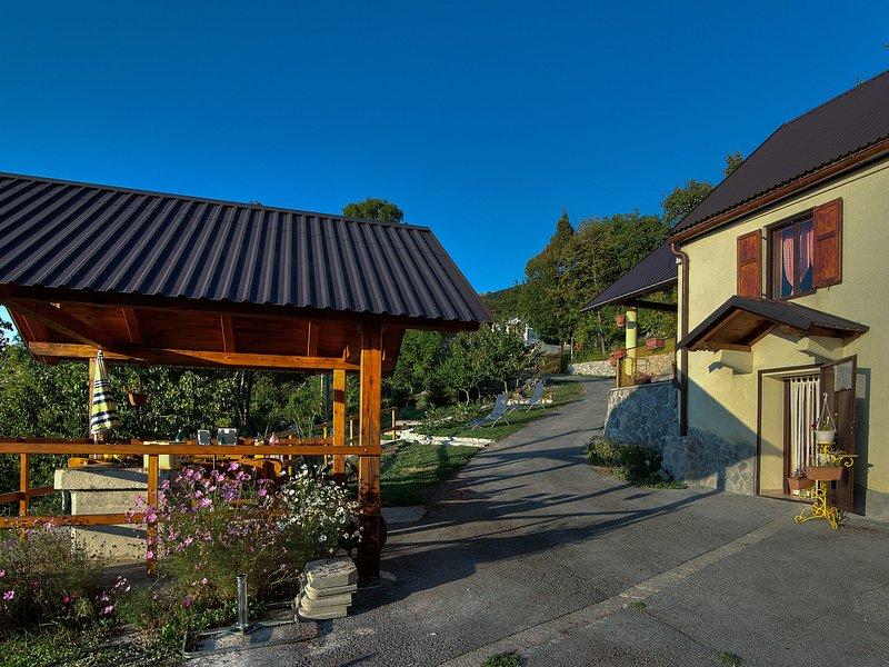 Fantastic two storey holiday home with beautiful garden, amazing panoramic view, location de vacances à Sveti Juraj