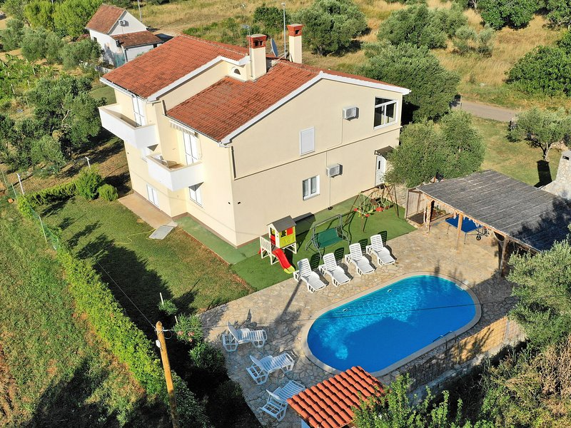 Large home with  pool and outdoor kitchen,300 m distant from the sandy beach !, aluguéis de temporada em Mrljane