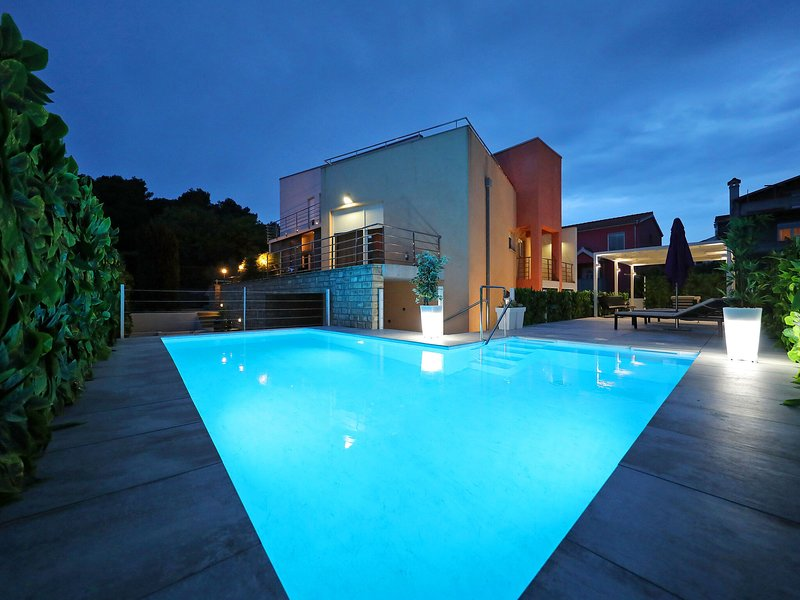 Fabulous villa with private  pool, fenced garden, roofed terrace, great location, vacation rental in Diklo