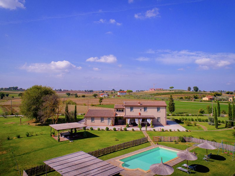 Typical Tuscan farmhouse with private swimming pool, 900m away from a small bar, holiday rental in Fratticciola