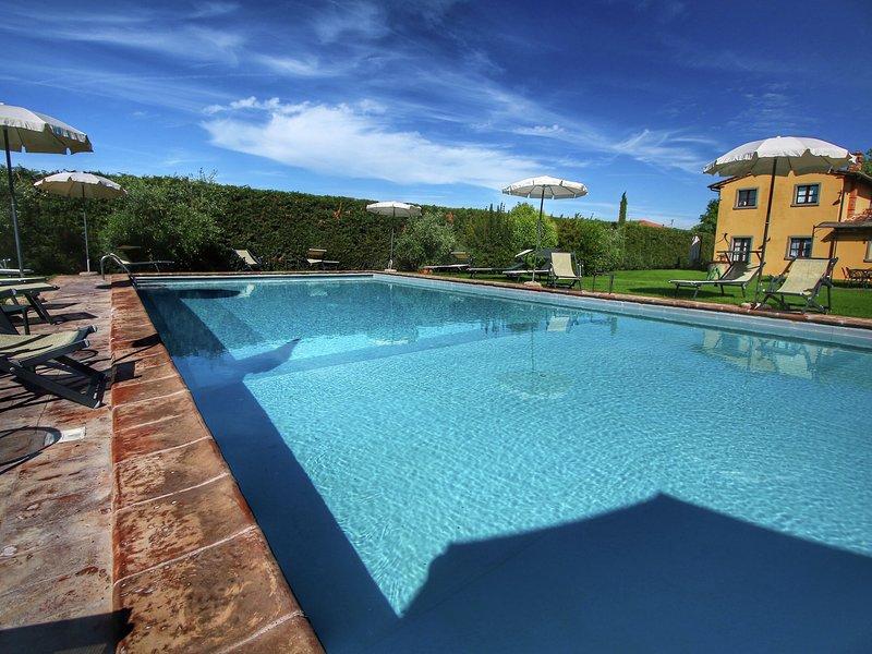 Lavish Farmhouse in Cortona with Swimming Pool, Ferienwohnung in Camucia