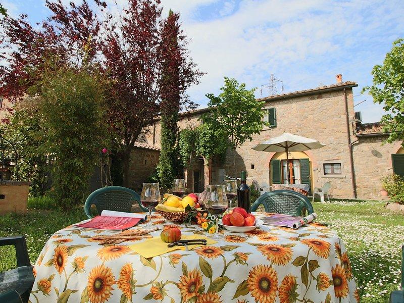 A Peaceful Farmhouse in Cortona with Swimming Pool, Ferienwohnung in Camucia