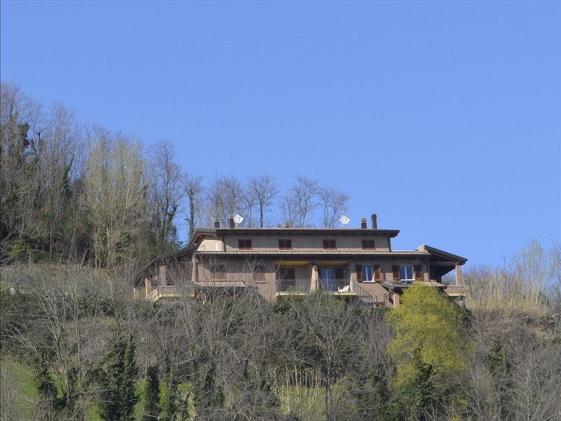 Spacious villa with garden and terrace in the green hinterland of Rimini., vacation rental in Gemmano