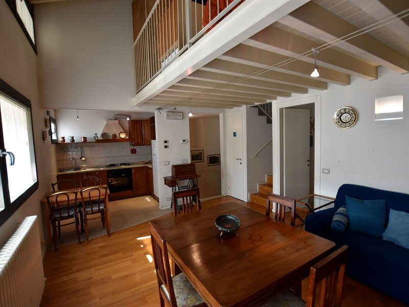 Cozy Apartment in the heart of Lovere with free Wi-Fi, holiday rental in Bossico