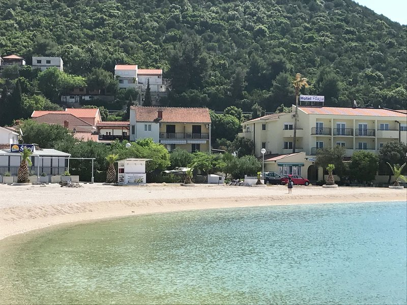 Spacious and modern apartment, directly on the beach in Klek, 70 km away from Du, holiday rental in Klek