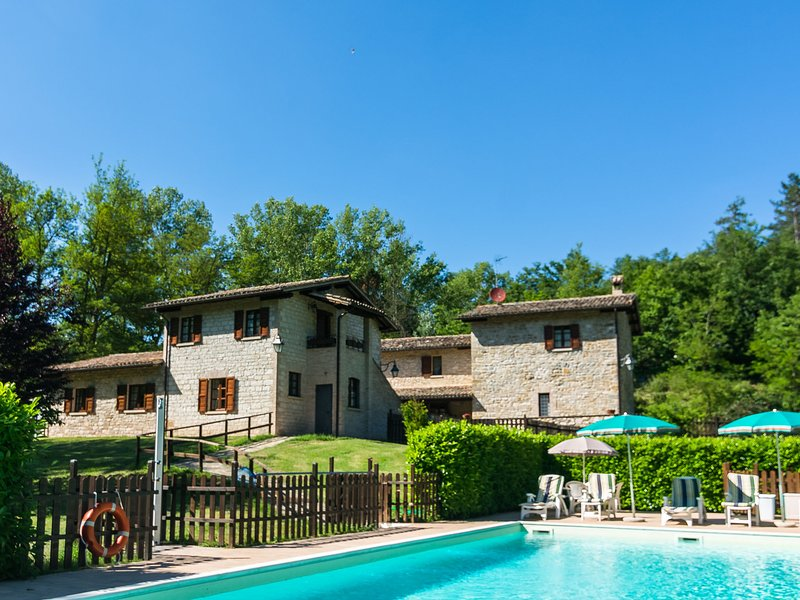 Estate with 5 apartments, swimming pool, large garden, holiday rental in Pietralunga