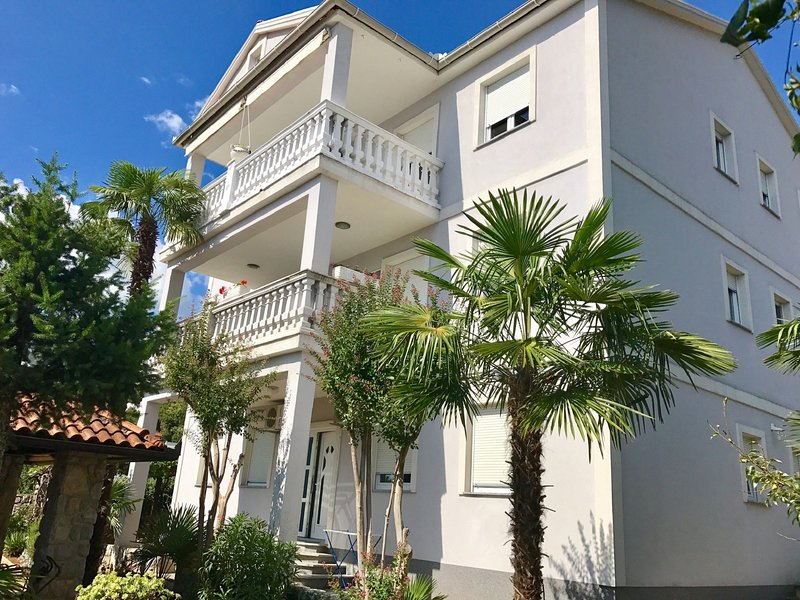 Adorable studio apartment 200 meters distant from the beach !, casa vacanza a Icici