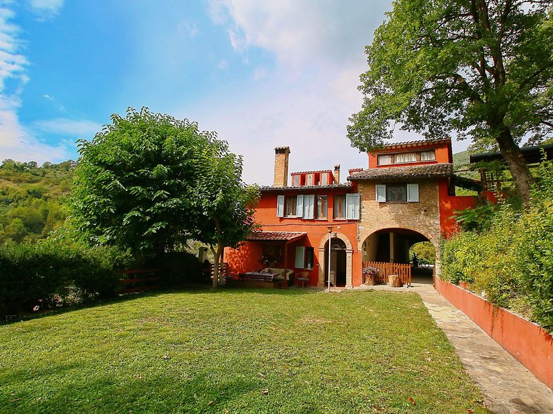 Modern Villa with Private Pool in Fabriano Italy, holiday rental in Genga