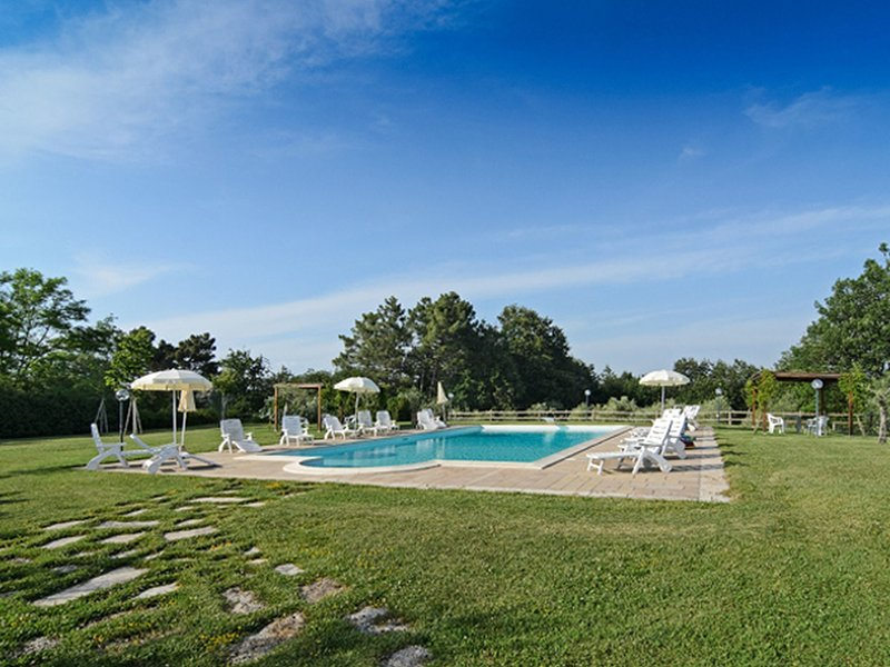 A small village of five beautiful apartments in the green Tuscan hills, vacation rental in Selvatelle