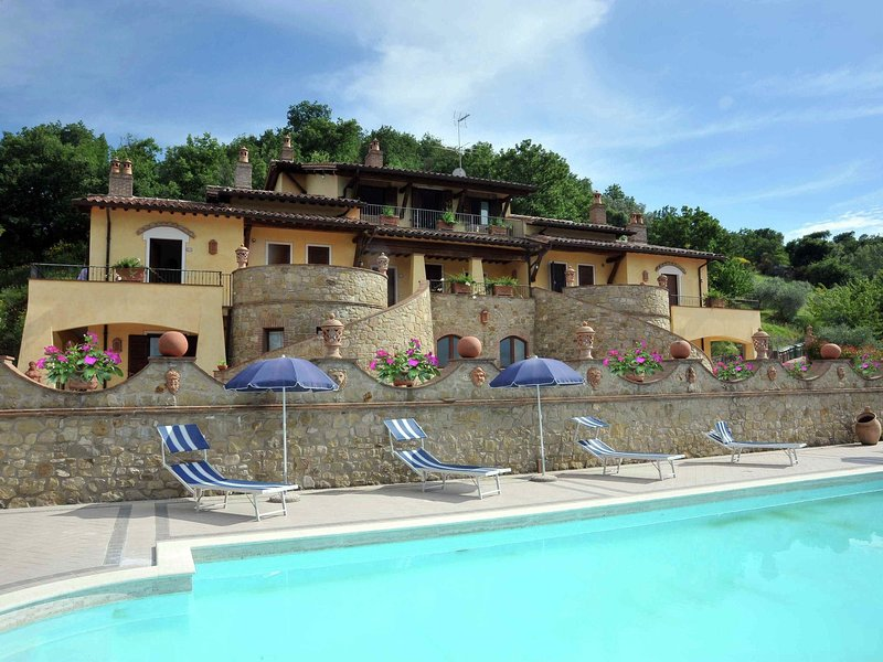 Apartment in rustic country house with pool in the green hills of Umbria, vacation rental in Canalicchio