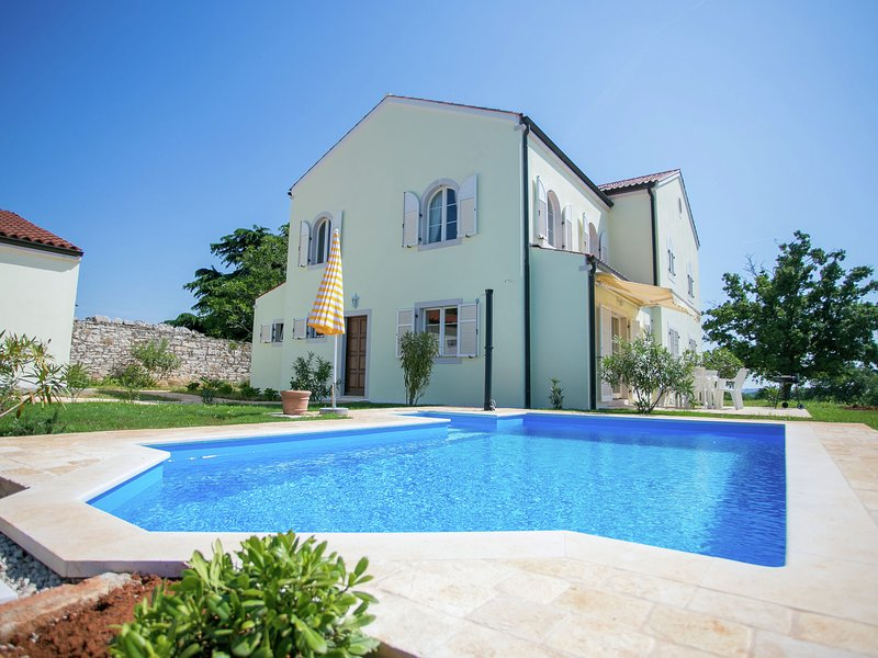 Family House in Quiet Peacefull Location, Private Pool and BBQ in Garden, vacation rental in Porec