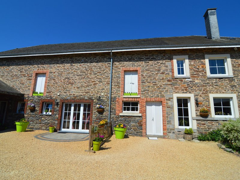Beautiful gîte in former farmhouse with garden in Tillet (Saint-Ode), vacation rental in Tenneville
