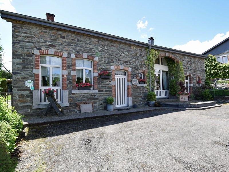 Old farmhouse carefully restored, in a peaceful Ardennes village, Ferienwohnung in Transinne