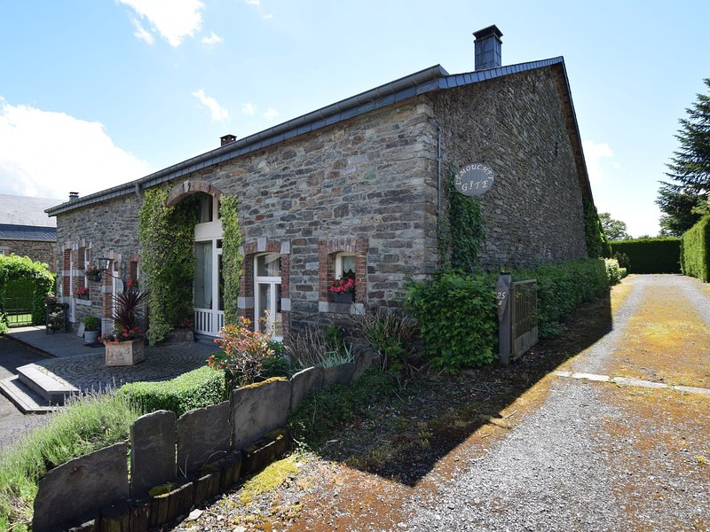 An old farmhouse in a peaceful Ardennes village on the edge of the forest, Ferienwohnung in Transinne