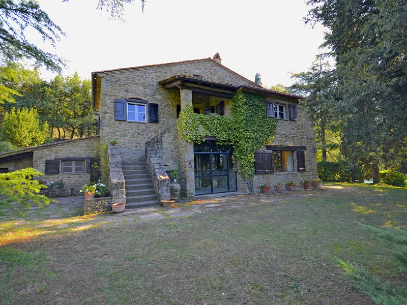 Villa with private swimming pool in the hills near Cortona, holiday rental in Montalla