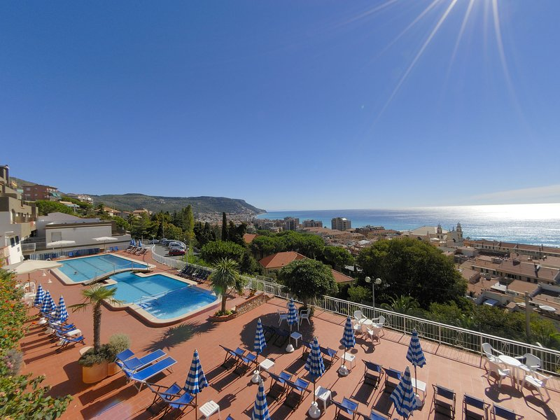 Modern apartment with balcony with a beautiful sea view, location de vacances à Pietra Ligure