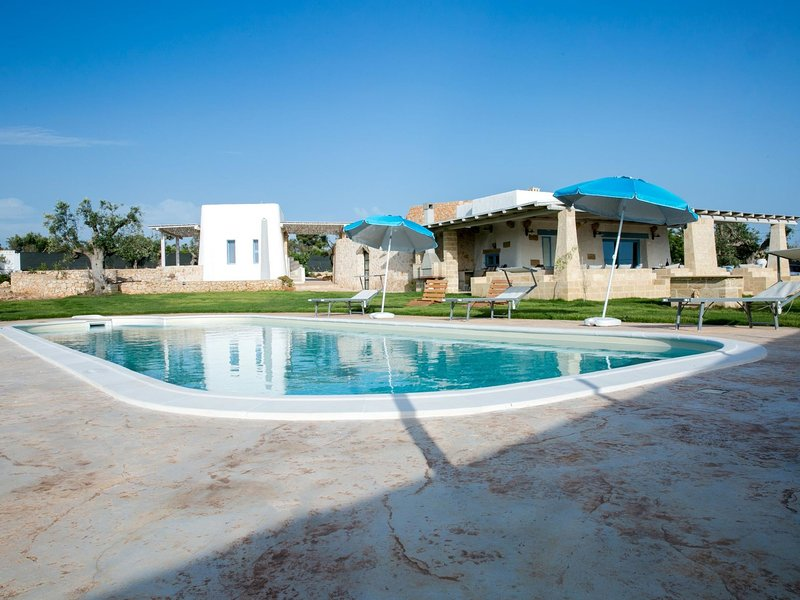 Luxurious Villa in Torre Suda with Jacuzzi, location de vacances à Racale