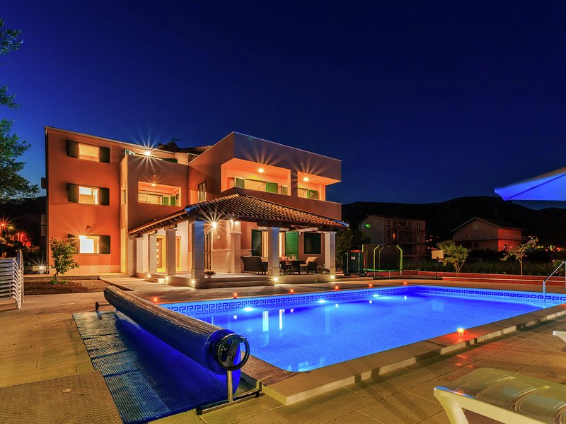 Modern apartment, sea view terrace, shared heated pool, near Trogir and Split, holiday rental in Rudine