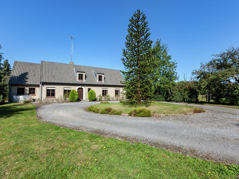 Beautiful villa with large garden and jacuzzi near centre of Bruges., alquiler de vacaciones en Jabbeke