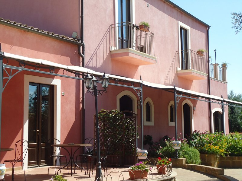 Ideal for who want to discover Sicily in relaxation and pleasure., casa vacanza a Villaggio San Leonardo