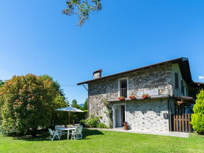Peaceful Apartment in Grovedona Italy near Lake, vacation rental in Olgiasca