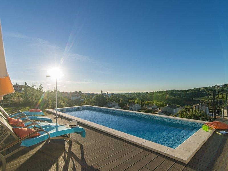Comfortable villa with stunning views, swimming pool, jacuzzi, sauna in wine reg, location de vacances à Momjan