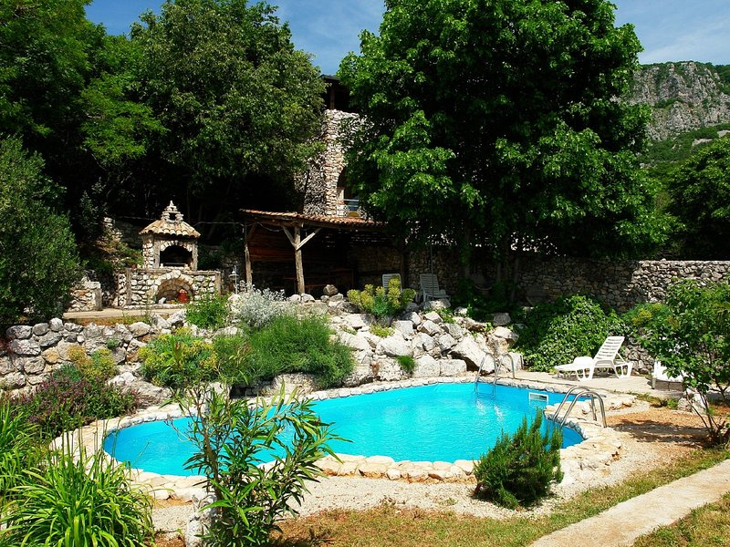 Authentic house with pool and sea view surrounded by amazing nature !, holiday rental in Kamenjak
