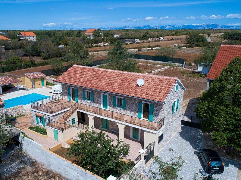 Beautiful villa near Biograd na Moru with swimming pool, jacuzzi, sauna and tenn, holiday rental in Donje Raštane