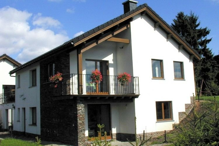 Stunning Holiday Home with Private Garden in Xhoffraix, holiday rental in Chodes