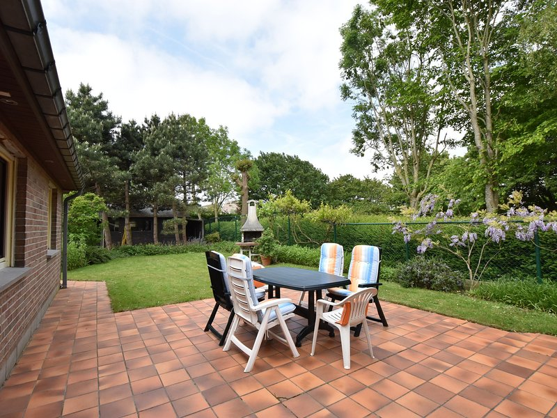 Family home in a quiet location with beautiful garden and close to the beach, vacation rental in Bredene
