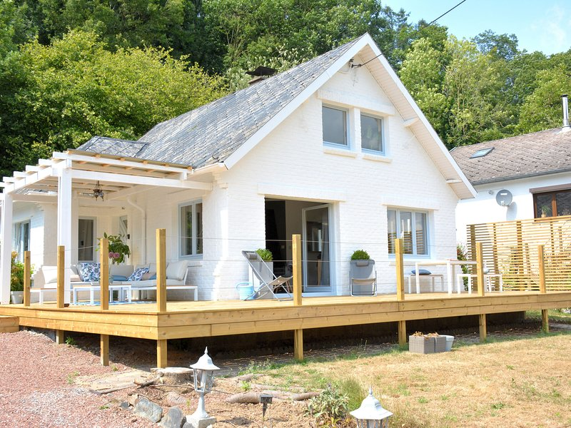 Beautiful villa on the banks of the Meuse, very nice terrace, garden furniture, casa vacanza a Houyet