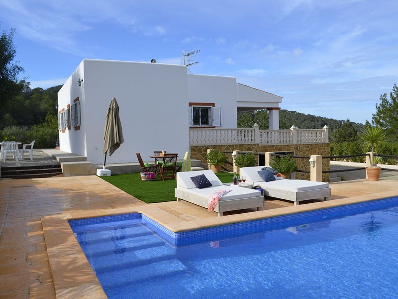 Modern Mansion in St Josep de sa Talaia with Private Pool, location de vacances à Port d'es Torrent