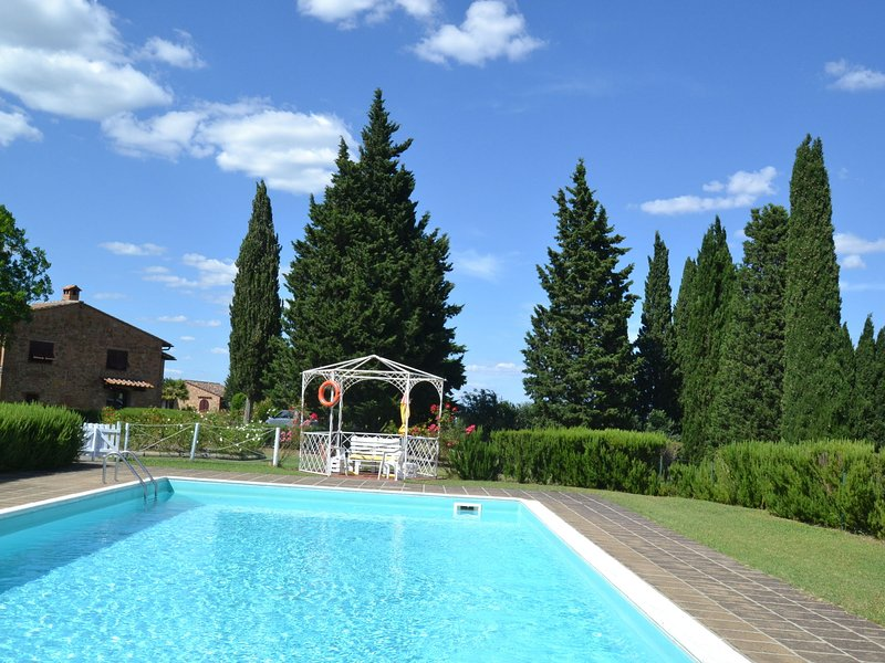 Spacious Holiday Home in Montaione with Swimming Pool, location de vacances à Castelfalfi