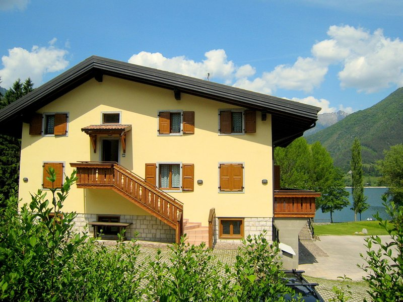 Lovely holiday home near Lake Ledro for 6 persons with park, vacation rental in Tiarno di Sopra