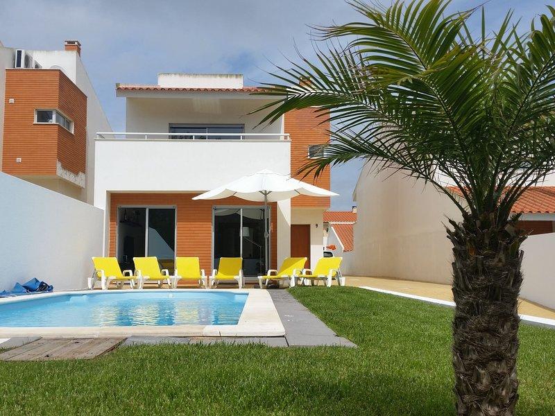Modern Villa situated in São Martinho do Porto with Barbecue, holiday rental in Serra da Pescaria