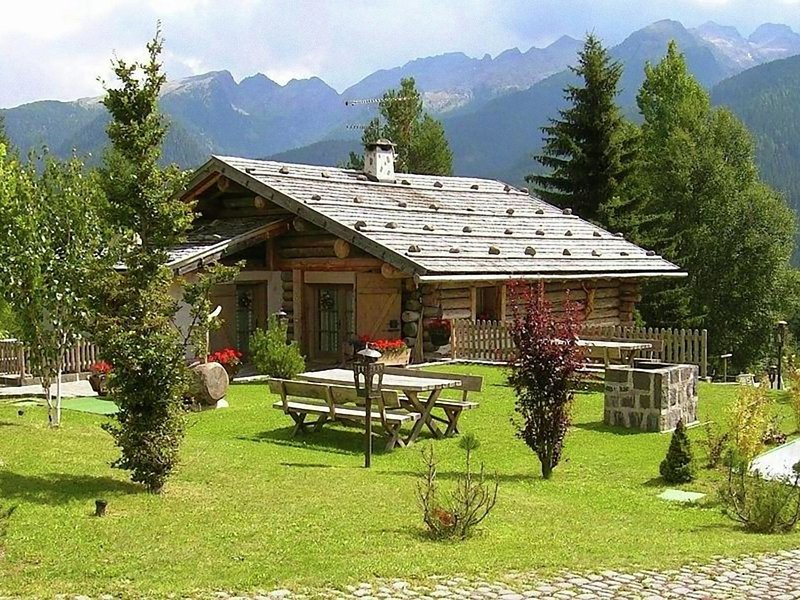 Apartment in a typical baita in the Dolomites with sauna and Turkish bath, vacation rental in Predazzo
