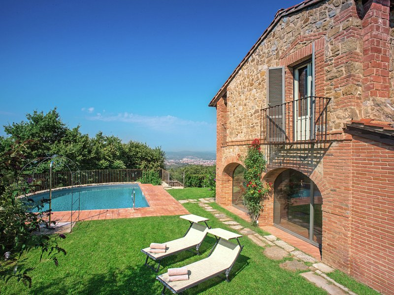 Picturesque Villa in Arezzo with Swimming Pool, holiday rental in Antria