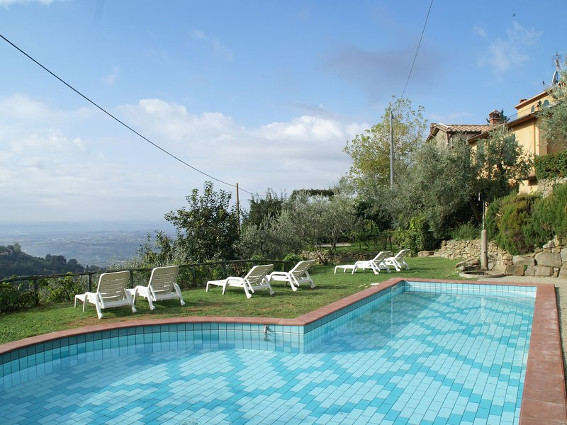 Panoramic apartment with communal pool and private garden, holiday rental in Porciano