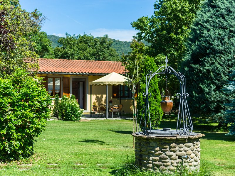 Beautiful Farmhouse with Swimming Pool near Lake in Tuscany, vacation rental in Pieve di Chio