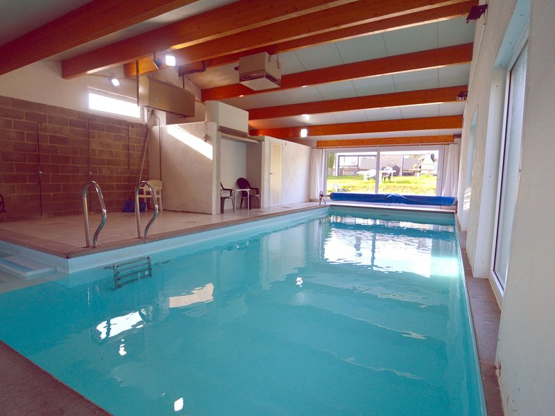 A cottage with a heated indoor swimming pool in a quiet village (10mn Dinant), location de vacances à Profondeville