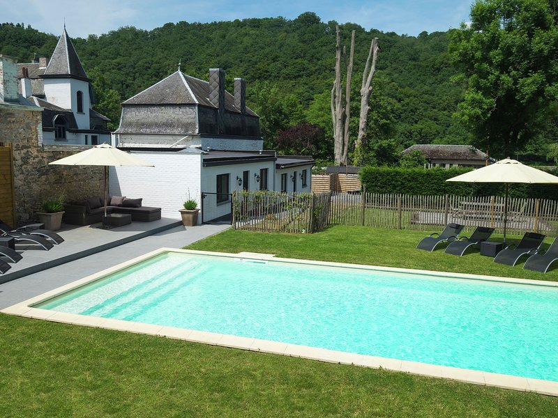 Charming holiday home along the Meuse with outdoor swimming pool, holiday rental in Heer