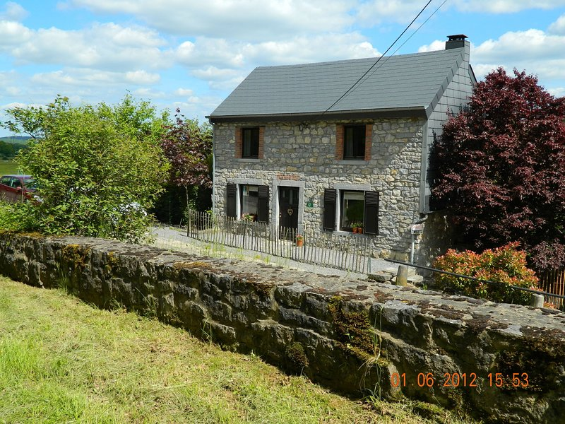 Quaint Holiday Home in Beauraing Belgium with Private Garden, holiday rental in Resteigne