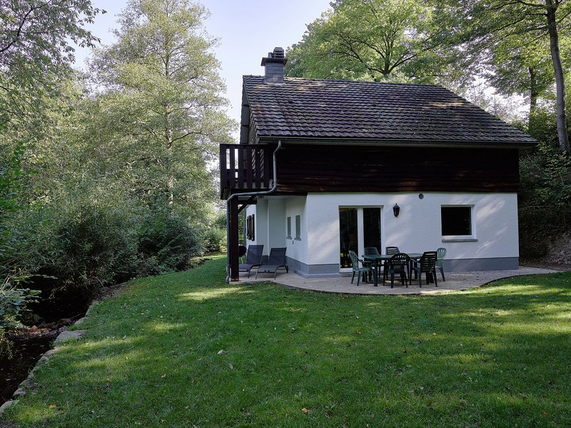 Detached, cosy holiday home with sauna in a wooded area, casa vacanza a Werbomont
